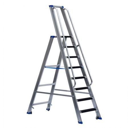 Stufenstehleiter einseitig begehbar mit Bügel, Federdruckrollen, Aussteifungsstreben, Antirutschbelag und Handlauf beidseitig