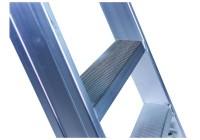 Stufenanlegeleiter 60 cm breit mit Handlauf, Überstieg und Antirutschbelag